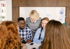 Blonder Leiter stützt neue Mitglieder der Firma Lizenzfreie Stockbilder