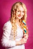 Blonder lockiger Mädchenholdinglutscher Lizenzfreie Stockfotografie