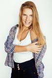 Blonder Mädchenhippie der Junge recht, der frendly gegen weiße Hintergrundwand, lächelnde Frau mit dem langen Haar aufwirft Lizenzfreie Stockfotografie
