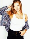 Blonder Mädchenhippie der Junge recht, der frendly gegen weiße Hintergrundwand, lächelnde Frau mit dem langen Haar aufwirft Lizenzfreies Stockbild