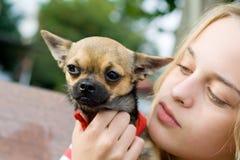Blonder Mädchenholding-Haustierhund Stockfotografie