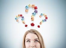 Blonder Mädchenkopf und drei Fragezeichen Lizenzfreie Stockbilder