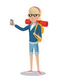 Blonder Mädchentourist mit Smartphonerucksacksonnenbrille Stockfotos