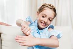 Blonder Mädchenvertretungstrick mit dem Finger zu Hause Lizenzfreie Stockfotos
