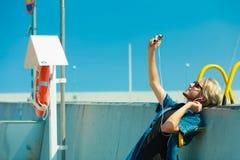 Blonder Mann äußeres nehmendes selfie mit Smartphone Lizenzfreies Stockfoto