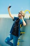 Blonder Mann äußeres nehmendes selfie mit Smartphone Lizenzfreie Stockfotografie