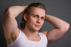 Blonder Mann über grauem Hintergrund stockfotos
