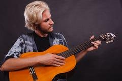 Blonder Mann, der Akustikgitarre spielt Stockbilder