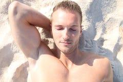 Blonder Mann, der ein sunbath nimmt Stockfotografie
