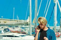 Blonder Mann, der am Handy spricht Stockfoto