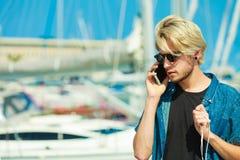 Blonder Mann, der am Handy spricht Lizenzfreie Stockfotografie