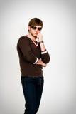 Blonder Mann in der modernen Strickjacke und in den Sonnenbrillen Lizenzfreie Stockbilder