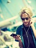 Blonder Mann in der Sonnenbrille hörend Musik Stockbild