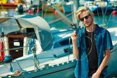Blonder Mann in der Sonnenbrille hörend Musik Stockfotografie