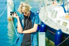 Blonder Mann in der Sonnenbrille hörend Musik Stockfotos