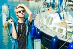 Blonder Mann in der Sonnenbrille hörend Musik Lizenzfreie Stockbilder