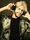 Blonder Mann, der in tragenden Kopfhörern des Studios singt Stockfotos