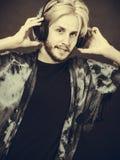Blonder Mann, der in tragenden Kopfhörern des Studios singt Lizenzfreies Stockfoto