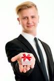 Blonder Mann, der wenig Geschenk zeigt Stockbilder