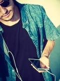 Blonder Mann draußen unter Verwendung seines Smartphone Lizenzfreies Stockfoto