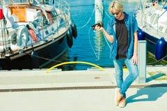 Blonder Mann draußen unter Verwendung seines Smartphone Lizenzfreie Stockfotos