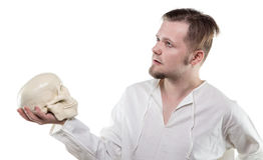 Blonder Mann mit dem menschlichen Schädel Lizenzfreies Stockfoto