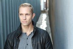 Blonder Mann mit durchdachtem Ausdruck lokalisiert mit Kopienraum Stockbilder