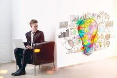 Blonder Mann mit einem Laptop und seiner guten Idee Stockbilder
