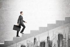 Blonder Mann mit kletternder Treppe des Koffers Lizenzfreie Stockfotografie