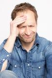 Blonder Mann mit Kopfschmerzen Stockfoto