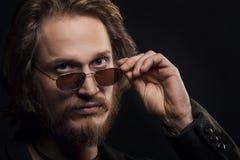 Blonder Mann mit Schnurrbart-und Bart-tragender Sonnenbrille Stockfotografie