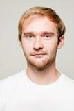 Blonder Mann mit weißem T-Shirt Lizenzfreies Stockfoto