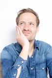 Blonder Mann mit Zahnschmerzen Stockfoto