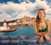 Blonder Mädchentourist in der Ibiza-Skyline-Sommerspitze Lizenzfreies Stockbild