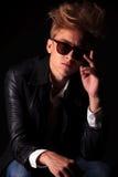 Blonder Modemann, der seine Sonnenbrille repariert Lizenzfreie Stockfotos