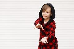 Blonder netter Junge in der zufälligen Kleidung Lizenzfreies Stockbild