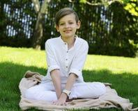 Blonder netter Junge in der zufälligen Kleidung Stockfotografie