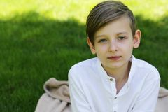 Blonder netter Junge in der zufälligen Kleidung Lizenzfreie Stockbilder