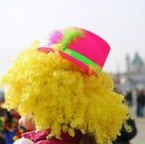 Blonder Perücken- und Fuchsienhut eines Clowns, der für Kinder durchführt Lizenzfreies Stockfoto
