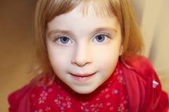Blonder Portraitabschluß des kleinen Mädchens herauf Getreide Stockbild