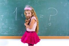 Blonder Prinzessinschulmädchenhaustier-Chihuahuawelpe Lizenzfreie Stockfotografie