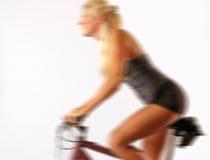Blonder Radfahrer in der Bewegung Lizenzfreies Stockbild