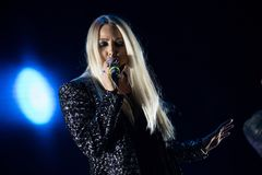 Blonder Sängerfrauen-Gesang Live Lizenzfreie Stockfotografie