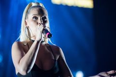 Blonder Sängerfrauen-Gesang Live Stockfoto
