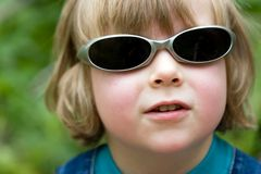 Blonder schöner lustiger Junge mit Sonnenbrillen Lizenzfreie Stockbilder