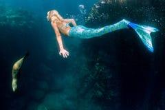 Blonder schöner Meerjungfrautaucher Unterwasser Lizenzfreie Stockfotografie
