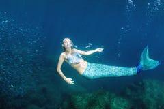 Blonder schöner Meerjungfrautaucher Unterwasser Stockfotos