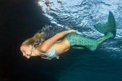 Blonder schöner Meerjungfrautaucher Unterwasser Stockfoto