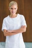 Blonder Schönheitstherapeut, der an der Kamera lächelt Lizenzfreie Stockfotos