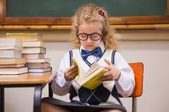 Blonder Schüler, der ein Buch liest Lizenzfreie Stockfotografie